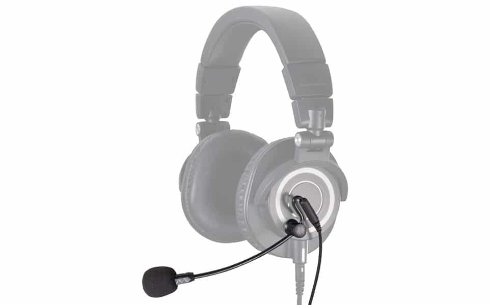 Microfon Antlion Audio ModMic Uni atasat la o pereche de casti.